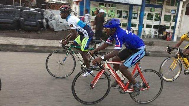 Radrennfahrer auf der Strasse.