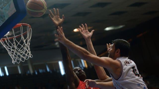 Bulgariens Dejan Ivanov (r.) gegen Cedric Mafuta.