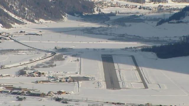 La plazza aviatica da Samedan cun vista vers La Punt.