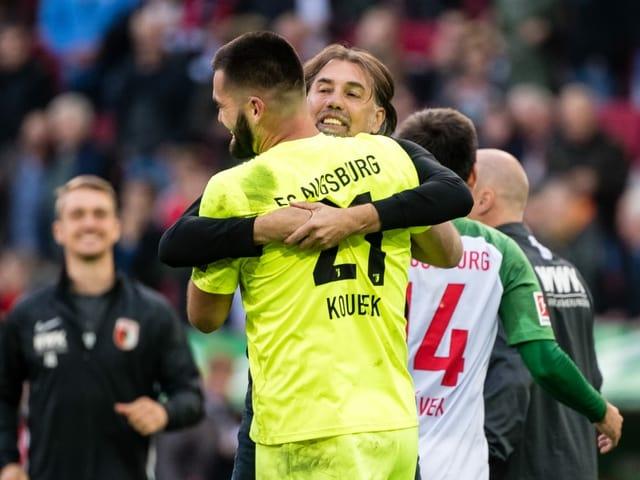 Augsburg-Coach Martin Schmidt umarmt seinen Torhüter