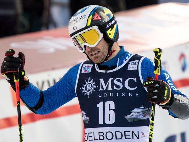 Manfred Mölgg winkt im Ziel ab.