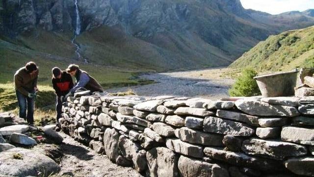 Video «Trockenmauern bauen lernen» abspielen