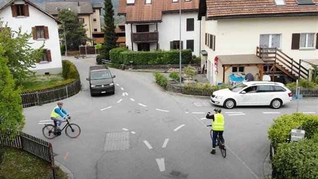 Purtret d'ina situaziun da traffic ad ina cruschada cun dretg da precedenza da dretg ed ina persuna vida mintga via.