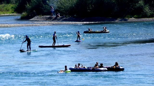 Mit Schlauchbooten waren zahlreiche Wasserfreunde unterwegs.