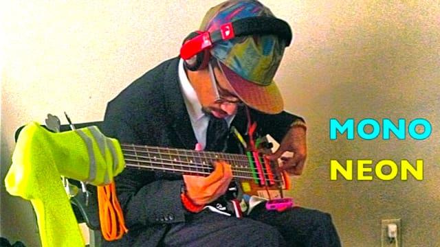 MonoNeon spielt Bass.