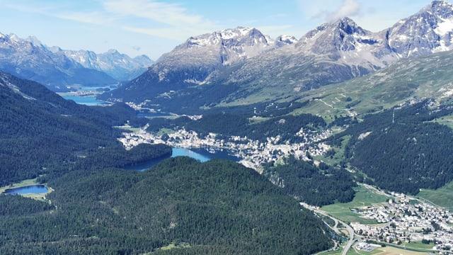 Blick von Muottas Muragl Richtung Oberengadin. In der rechten unteren Bildecke Samedan.