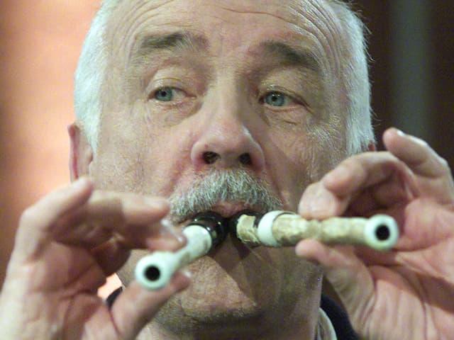 Armin Meuller-Stahl spielt zwei Flöten gleichzeitig