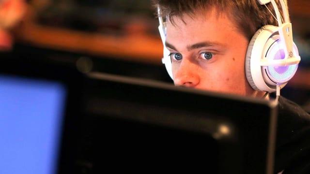 Gamer am Computer.