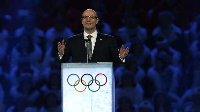 Dmitri Tschernischenko gestikuliert an einem Rednerpult.