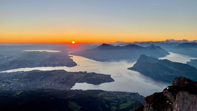 Sonnenaufgang auf dem Pilatus mit Blick auf den Vierwaldstättersee.