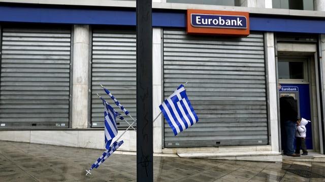 Griechische Fahnen vor Bankfiliale