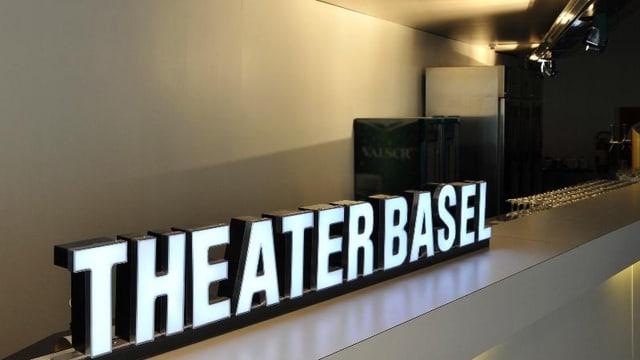 Der beleuchtete Schriftzug «Theater Basel» vor einer hellen Wand