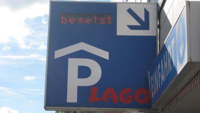 Ein Schild zur Einfahrt ins Lago Parkhaus. In roter Schrift steht «besetzt».