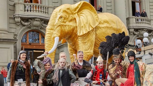 Goldener Elefant vor dem Stadttheater Bern mit Schauspielern