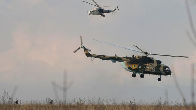 Zwei Helikopter in der Luft.