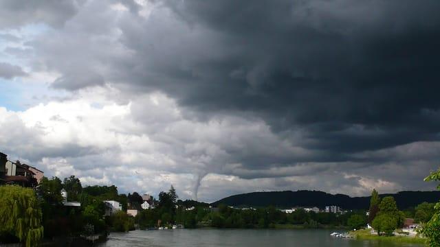 Eine Gewitterzelle zog am 16. Juni dem Rhein entlang.