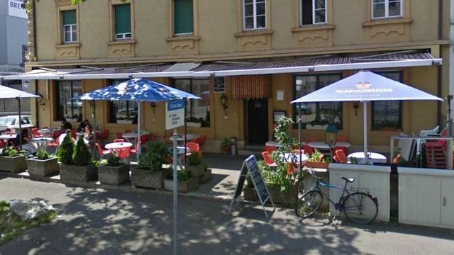 Ein Restaurant mit einem vorgelagerten Gastgarten samt Sonnenschirmen