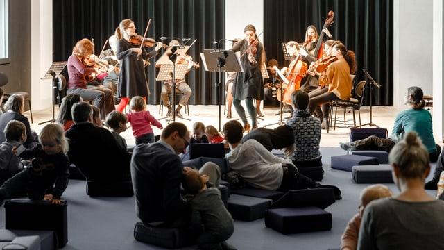 Klassikonzert mit Eltern und Kindern im Publikum.