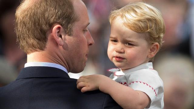 Prinz George wird von Papa William getragen.