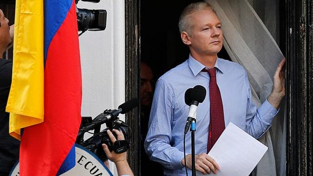 Assange vor einem Statement an die Medien in der ecuadorianischen Botschaft in London
