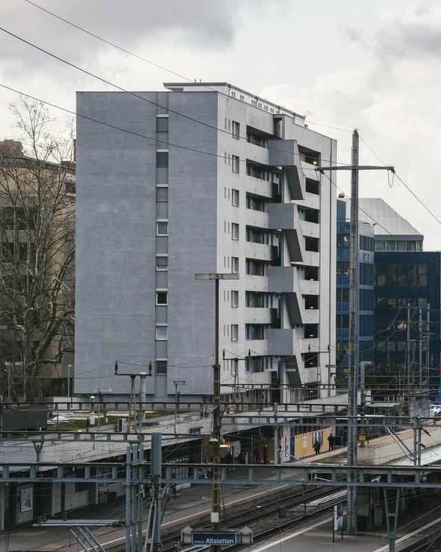 Hochhaus aus Beton neben Gleisen