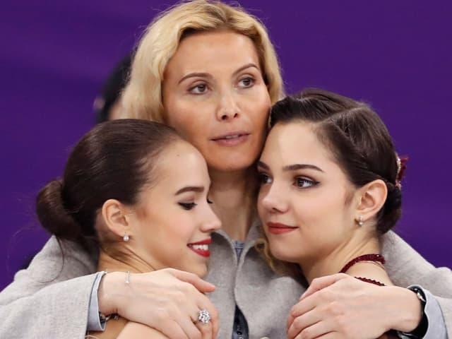 Alina Sagitowa, Trainerin Eteri Tutberidse und Jewgenija Medwedjewa.
