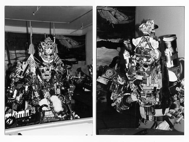 Zwei als Roboter verkleidete Leute.