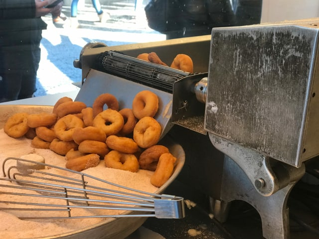 Uschia guardan ils «mini-donuts» ora. Suenter il frittar, vegnan els bagnads en zutger.