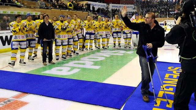L'equipa dal HCD dà l'adia a ses chapitani Marc Gianola.