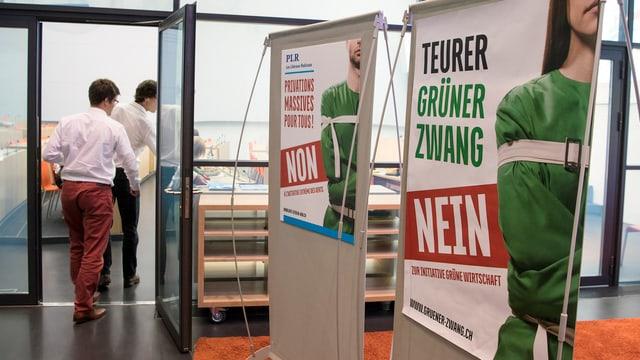 Eintritt zur Medienkonferenz im Bundeshaus-Medienzentrum mit zwei Gegner-Plakaten.