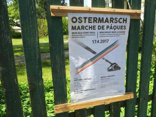 Plakat für den Berner Ostermarsch am Gartenzaun von Louise Schneider