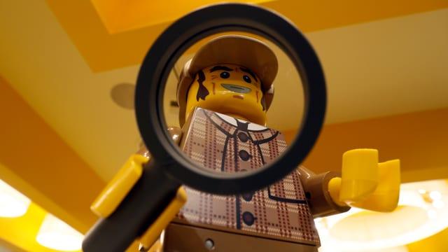 Sherlock Holmes mit Lupe in der Hand als Lego-Figur