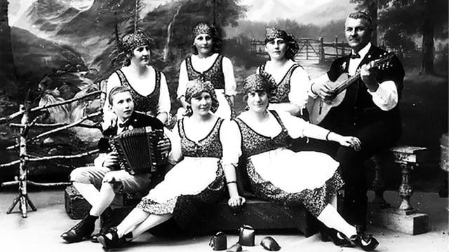 Schwarz-Weiss-Aufnahme der sieben Scheidegger aus Huttwil.