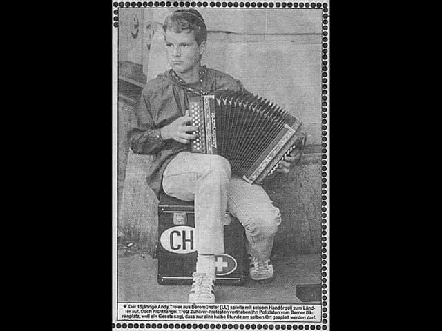 Das Foto des jungen Strassenmusikers Andreas Treier mit Schwyzerörgeli im «Blick».