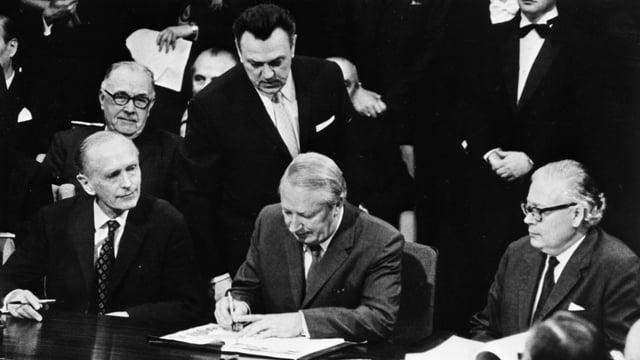 Premierminister Edward Heath unterzeichnet das EWR-Abkommen.