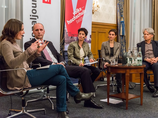 Die vier Gesprächsteilnehmer mit der Modaratorin auf dem Podium.