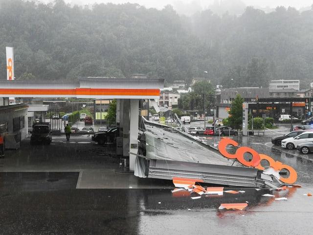 Ein grosses Dachelement einer Tankstelle liegt abgebrochen auf dem Boden.