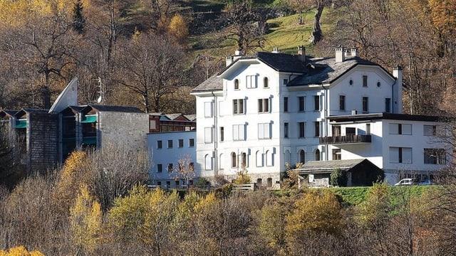 Centro Sanitario Bregaglia - edifizi alv cun uschöls alvs circumdà da guaud.