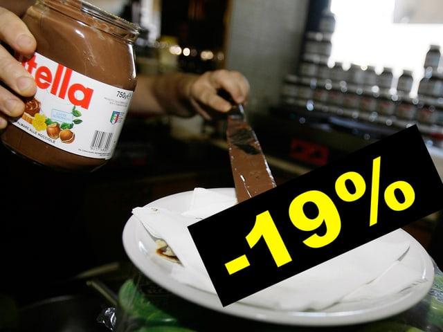 Eine Hand gibt Nutella auf eine Crepe.