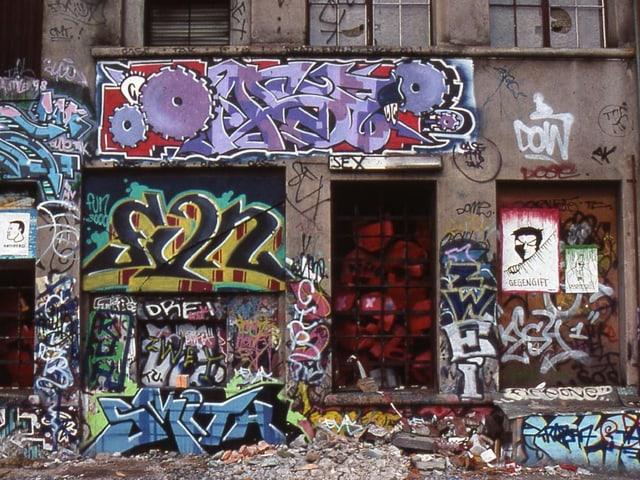 Versprayte Fassade bei einem Clubeingang in einer alten Selve-Fabrikhalle.