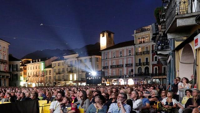 Blick ins Publikum auf der Piazza Grande