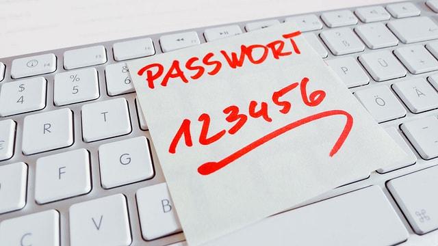 Zettel auf einer Computertastatur mit Passwort 123456.