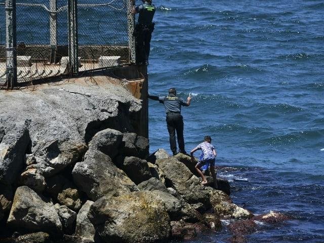 Küstenwache und ein Kind