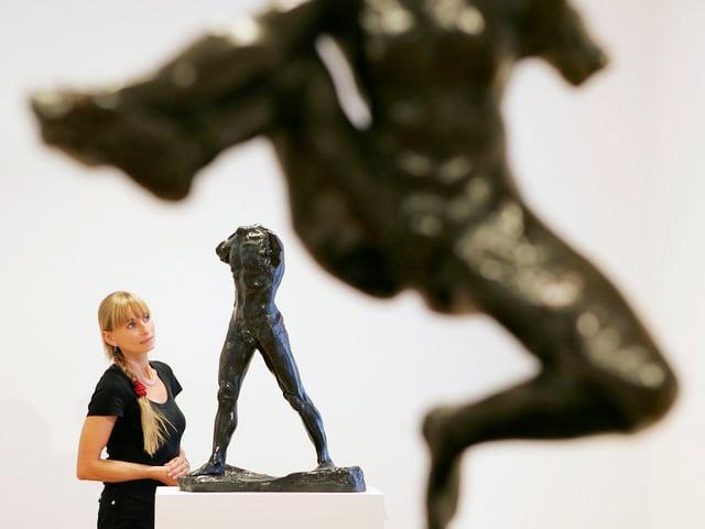 Eine Skulptur von Auguste Rodin setzt an zum Sprung