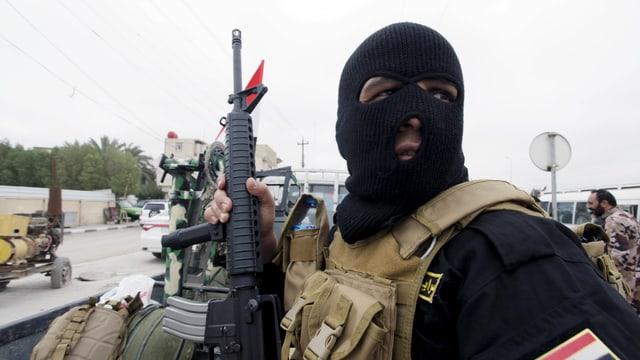 Ein schiitischer Kämpfer, der dem radikalen Kleriker Sadr treu ergeben ist, in Najaf.