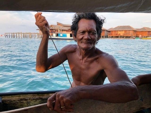 Ein alter Mann auf einem Boot.