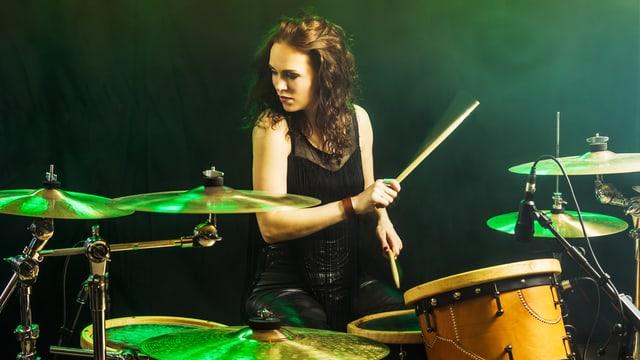 Frau an Schlagzeug