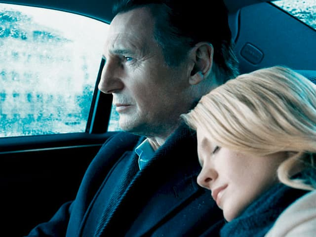 Liam Neeson als Dr. Martin Harris und January Jones als Elizabeth Harris sitzen im Auto.