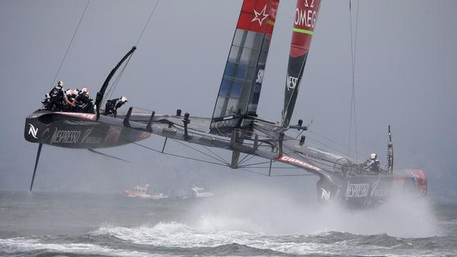 Der Katamaran des Team New Zealandes segelt in der Bay von San Francisco.