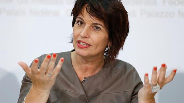 Doris Leuthard vor den Medien in Bern.